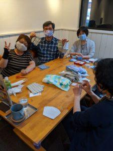 手作りマスク教室です、初心者の男性の方も楽しく参加♪